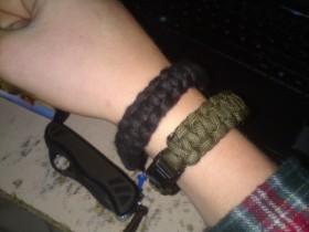 Zufällig kreiertes Paracord Armband.