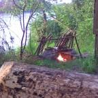 Feuerstelle mit Reflektor & Baumstammsitzplatz