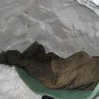 Blick durch den Eingang auf das Lager mit 12mm- Isomatte und BW- Schlafsack